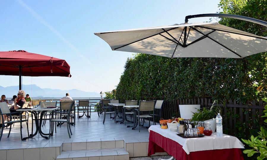 Lugana Weinreise Gardasee – Terasse am Hotel