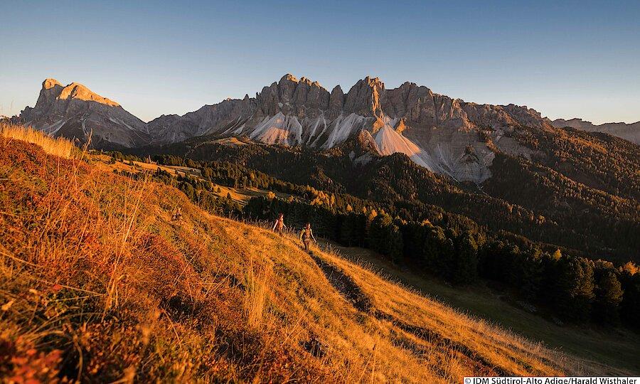 Land der Kirchen, Klöster & Burgen – Südtirol Wanderung am Morgen
