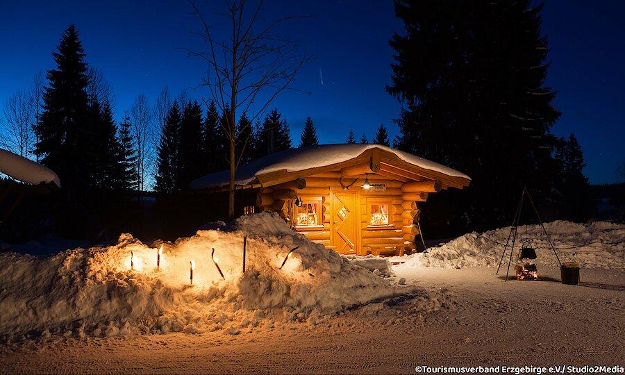 Winter im Erzgebirge – Erzgebirge Hütte im Schnee