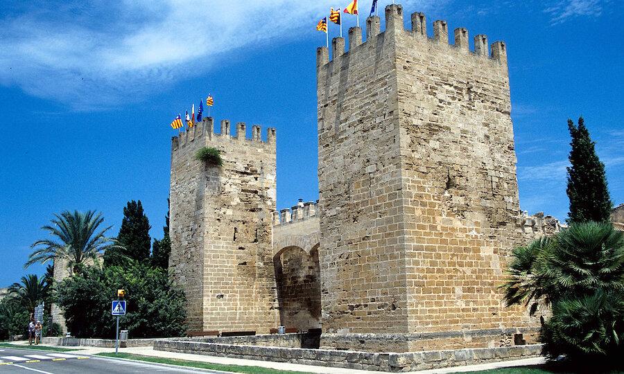Flugreise - Mallorca zur Mandelblüte – Alcúdia Stadtmauer