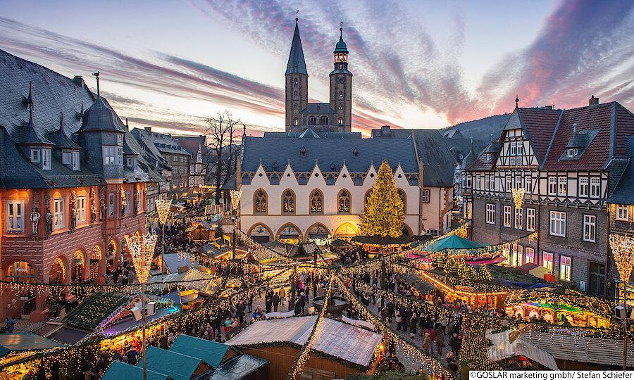 Goslar Weihnachtsmarkt bei Dämmerung