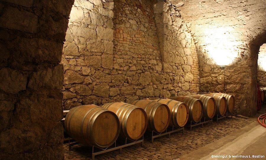 Schwarzwald & badischer Wein – L. Bastian Keller mit Fässern
